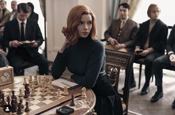 Queens-Gambit-Beth-Harmon-kim-nereli-yas-boy-kilo